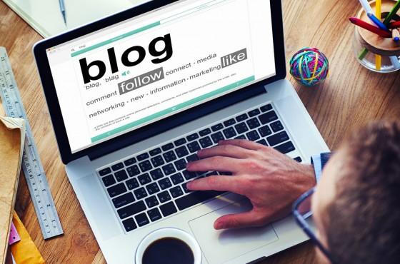 Chef d'entreprise en train d'écrire blog
